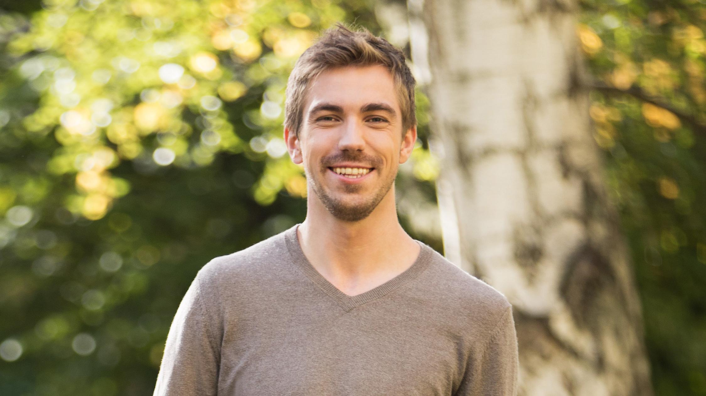 Haushaltsoptimierung: Junger Mann lächelt zufrieden